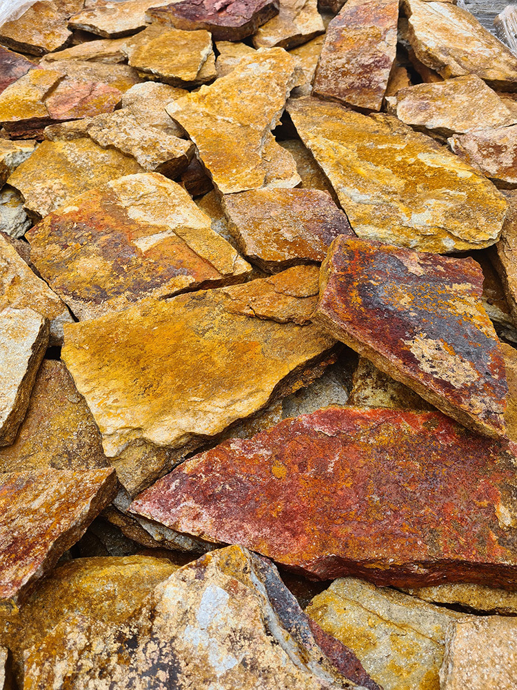 Gnejs z Bułgarii naturalny kamień brunatno-żółty średni