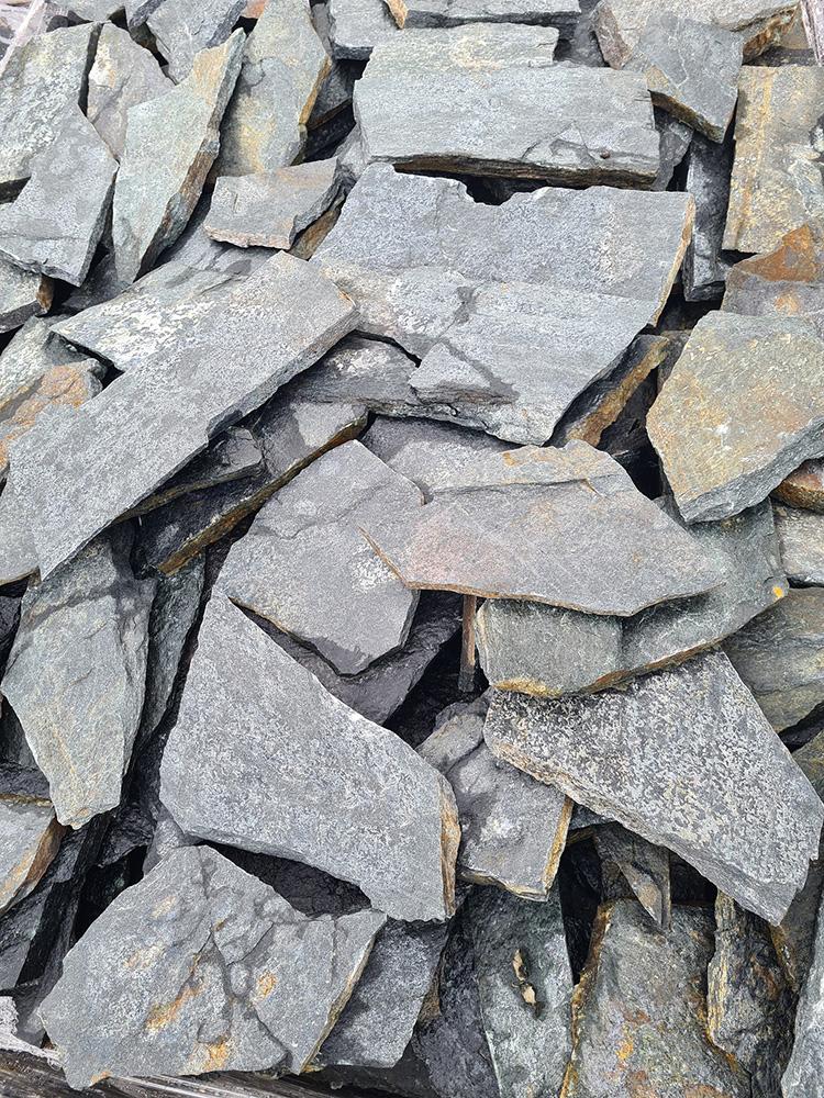 Gnejs z Bułgarii naturalny kamień ciemno-zielony