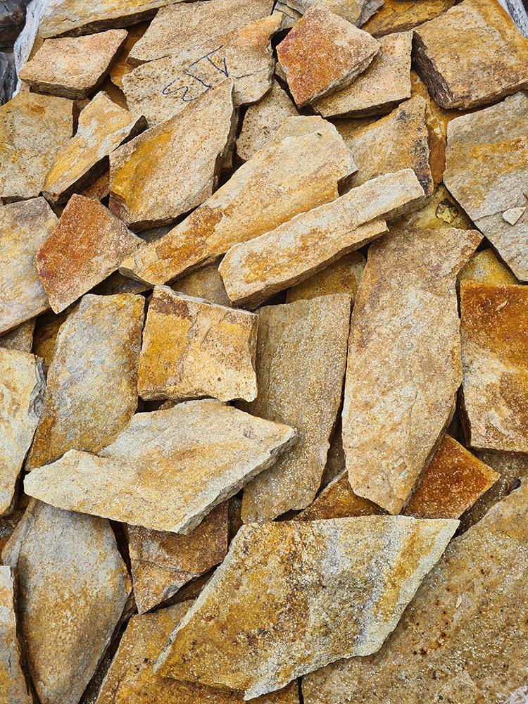 Gnejs z Bułgarii naturalny kamień średni złoto-piaskowy